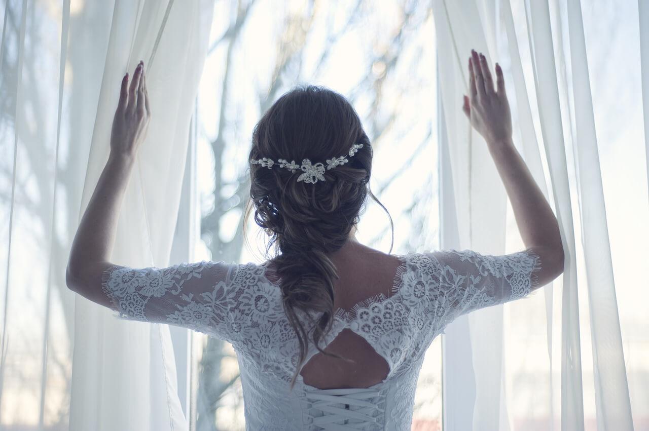 Panna młoda patrzy przez Okno